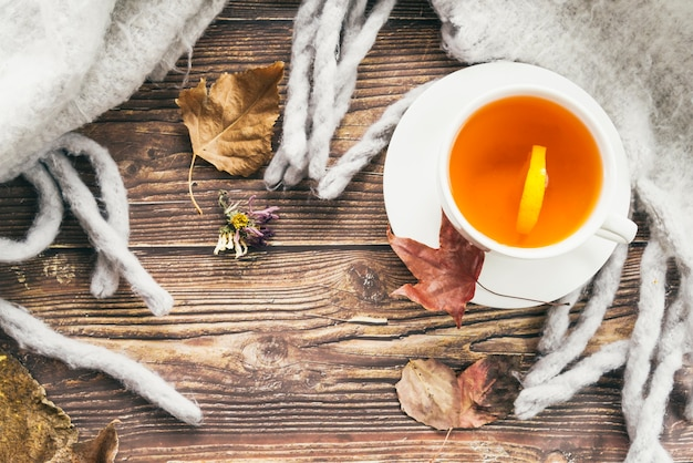 Mok thee en sjaal op tafel