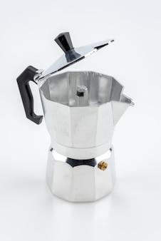 Mokapot koffiepot op witte achtergrond wordt geïsoleerd die