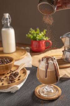 Mokka-ijskoffie geserveerd met slagroomtopping en chocoladesiroop in wijnglas