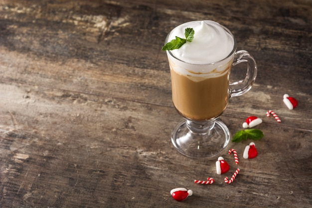 Mokka koffie mokka voor kerst op houten tafel