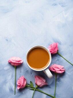 Mokken koffie en roze bloemenkaart