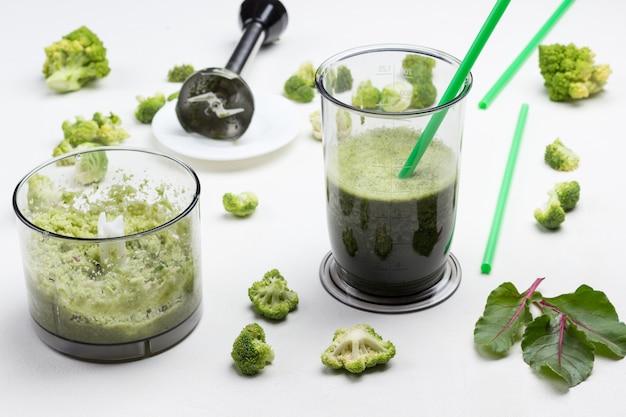 Mokken met groene groentesmoothies.