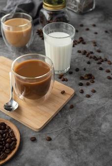 Mokken met koffie op tafel
