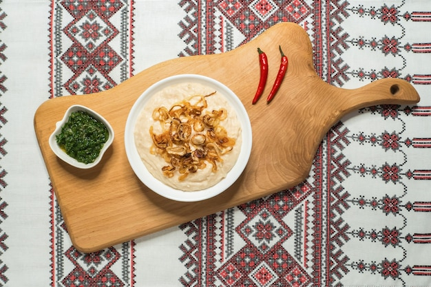 Moldavisch traditioneel koud voorgerecht fasolita. geprakte gekookte bonen met gekarameliseerde uien.