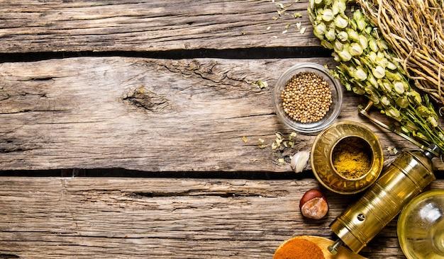Molen met aromatische kruiden en specerijen op houten tafel. bovenaanzicht