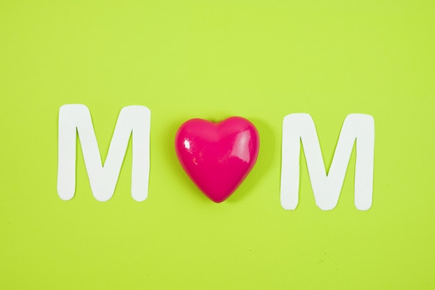 Mom tekst met harten op coloful backround