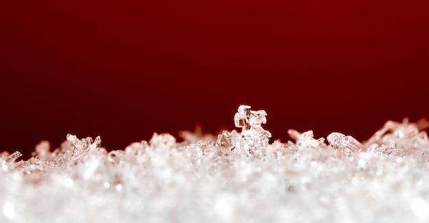 Momentopname van een kleine sneeuwvlok genomen tijdens een sneeuwval
