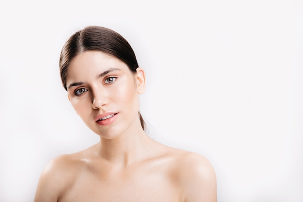 Momentopname van vrouw zonder make-up. dame met groene ogen met een lichte glimlach