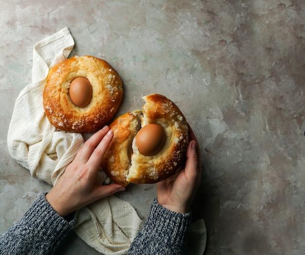 Mona de pasqua, typisch spaans gebakje met ei voor pasen