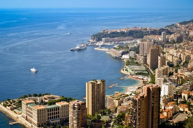 Monaco baai uitzicht met residentiële gebouwen in monte carlo, monaco