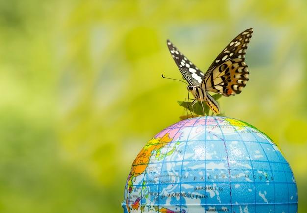 Monarchvlinders (danaus plexippus) vliegen over de wereld.