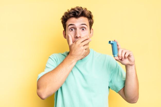 Mond bedekken met handen met een geschokte, verbaasde uitdrukking, een geheim bewaren of oeps zeggen. astma concept