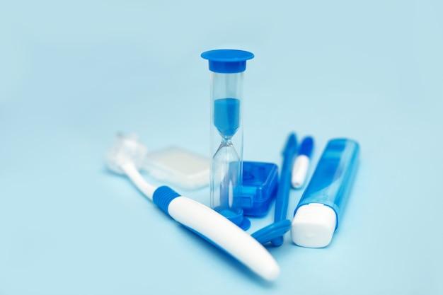 Mondhygiëne voor beugel, thuisverzorgingskit. tandheelkundig concept op een blauwe achtergrond. vooraanzicht foto