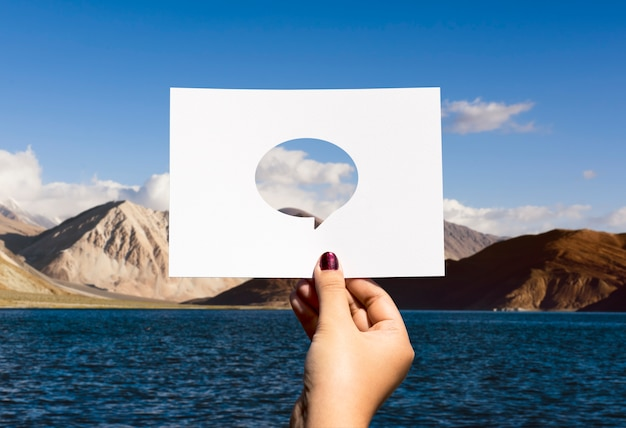 Mondiaal communicatiekanaal geperforeerd papier tekstballon