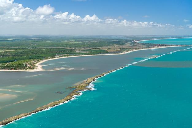 Monding van de mamanguape rivier rio tinto paraiba brazilië op 15 november 2012 luchtfoto