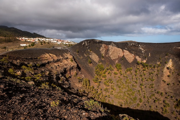 Monding van een van de vulkanen voor de uitbarsting in het natuurpark cumbre vieja canarische eilanden spanje