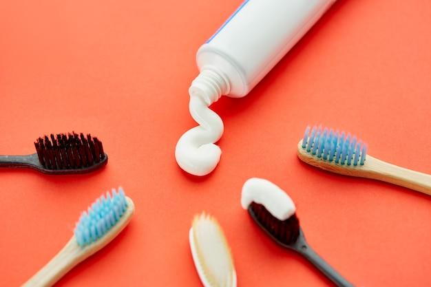 Mondverzorgingsproducten. ochtendgezondheidszorgprocedures concept, tandverzorging, tandenborstel en tandpastabuis