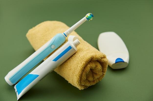 Mondverzorgingsproducten, tandenborstel, tandpasta en tandzijde op handdoek. ochtend gezondheidszorg procedures concept