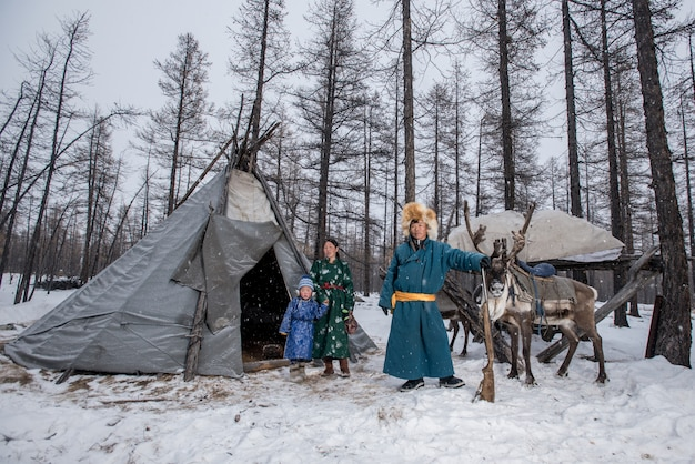Mongools rendier in traditioneel tsaatan-familie op hun rendieren in taiga, mongolië