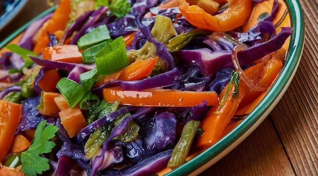 Mongoolse groenten roerbak, mongoolse keuken, azië traditionele geassorteerde gerechten, bovenaanzicht.