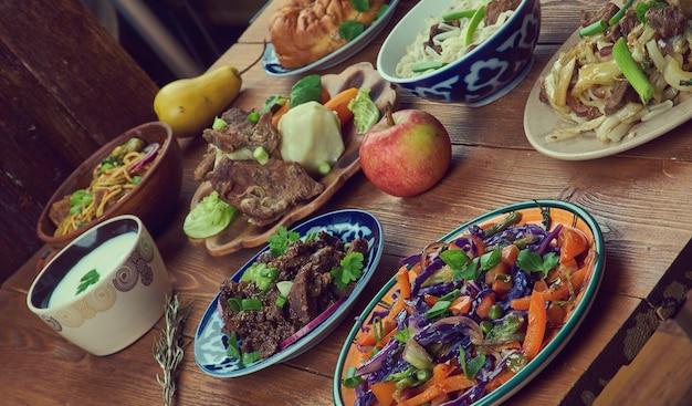Mongoolse keuken, azië traditionele geassorteerde gerechten, bovenaanzicht.
