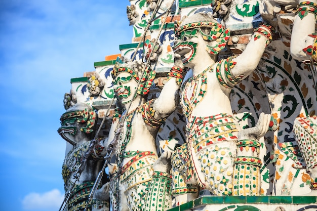 Monkey base bearers decoration in wat arun (de tempel van de dageraad)