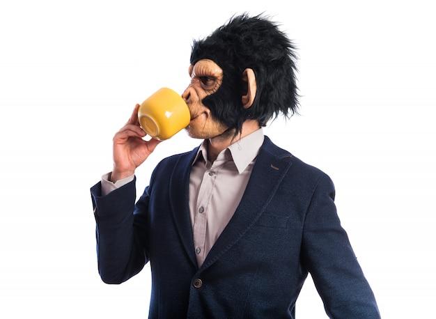 Monkey man die een kopje koffie houdt