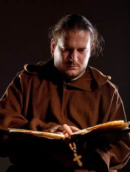 Monnik die de bijbel leest