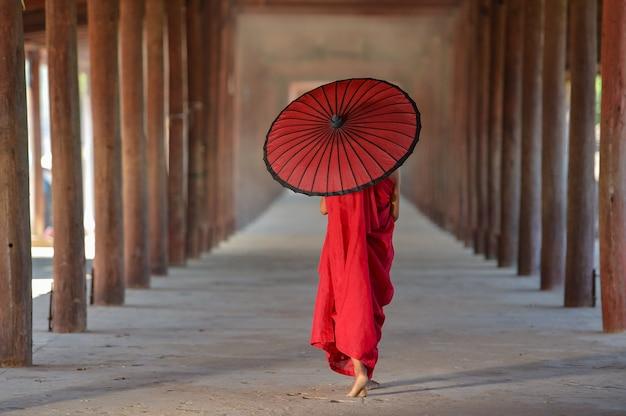 Monnik die op oude tempel, bagan, myanmar loopt