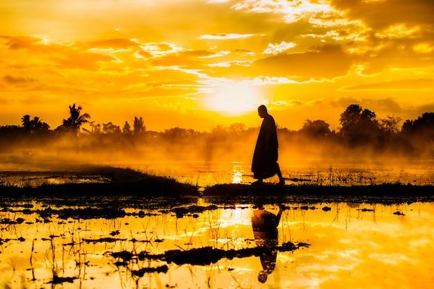 Monnik die reist door geloof en hart