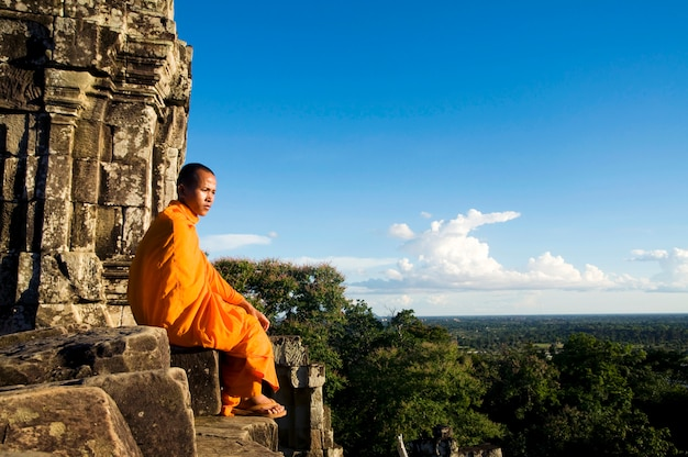 Monnik in angkor wat, siem reap, cambodja