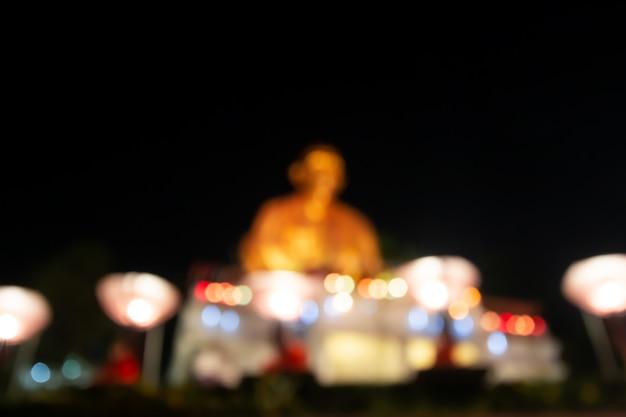 Monniken bidden op het loy krathong-festival met sky-lantaarns, flying lanterns