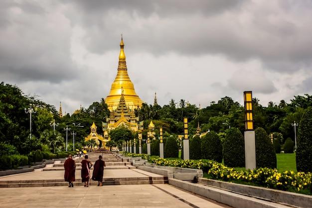 Monniken en nieuwelingen bij de shwedagon-pagodetempel, myanmar