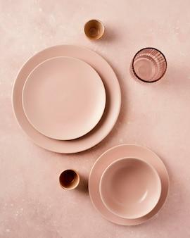 Monochromatisch stilleven arrangement met serviesgoed