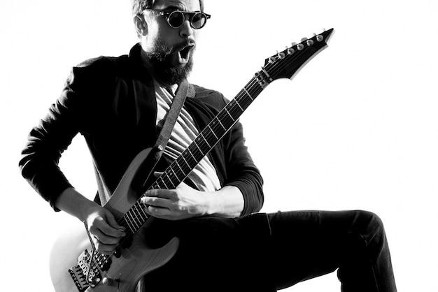 Monochromatische rockstar gitaar spelen