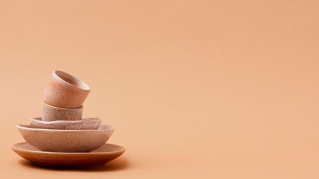 Monochromatische stillevensamenstelling met serviesgoed