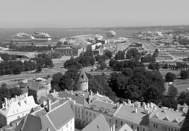 Monochrome middeleeuwse torens van de muur van tallinn met de oostzee op de achtergrond, estland