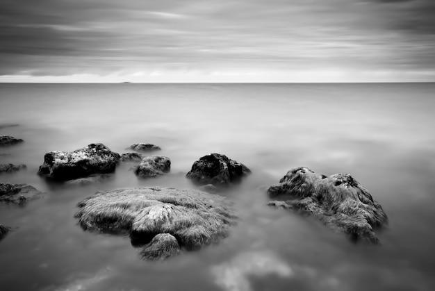 Monochroom natuurlandschap van kust