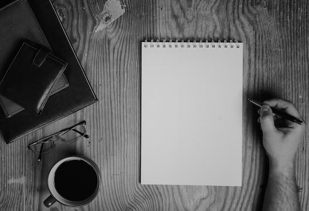 Monochroom notitieboekjepapier schrijfgerei