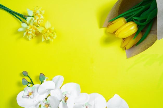 Monochroom stijlvolle compositie in gele kleur. bovenaanzicht, plat gelegd.