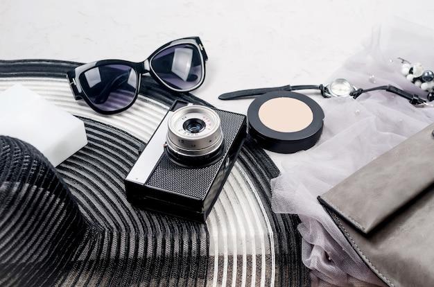 Monochroom zomer vrouwen achtergrond met accessoires,