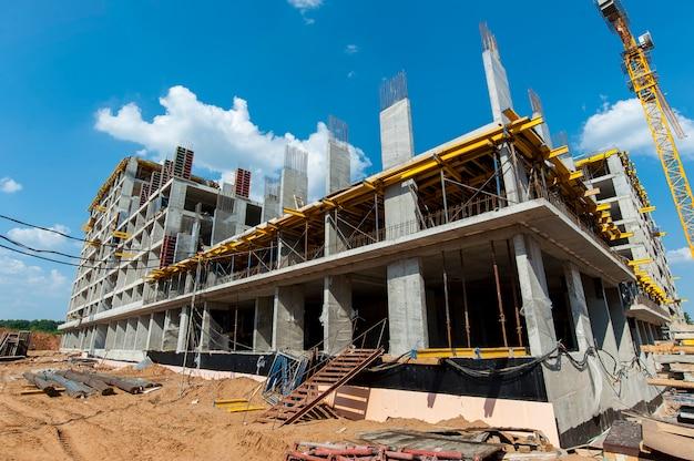 Monolithische constructie op een bouwplaats in de zomer