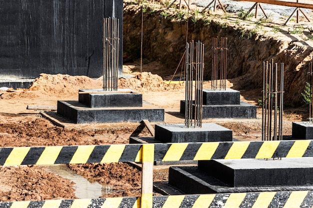 Monolithische funderingen van gewapend beton voor de bouw van een woongebouw. grillage op de bouwplaats. bouwput met fundering.