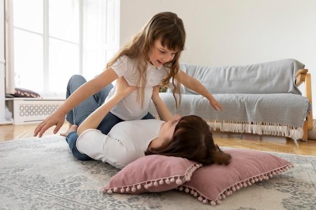 Monoparental gezin met smiley moeder en meisje