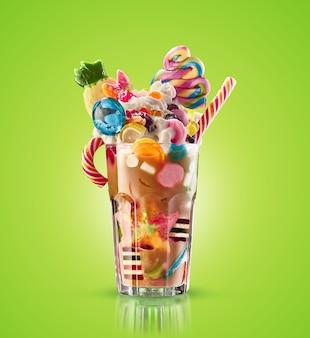 Monster shake, freak caramel shake geïsoleerd. kleurrijke, feestelijke milkshake-cocktail met snoepjes, gelei. gekleurde karamelmilkshake met verschillende kindsnoepjes en lekkernijen in glas. zoete milkshake