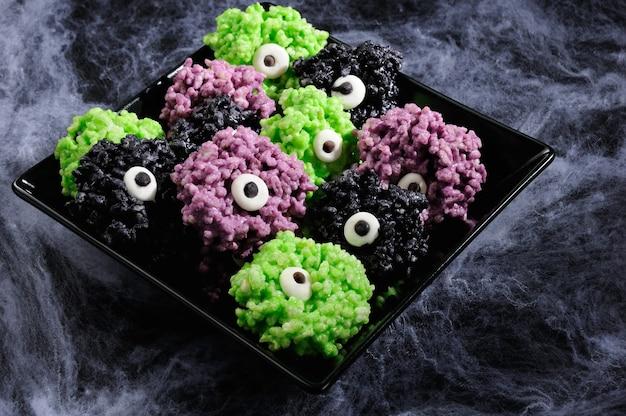 Monsters eye balletjes - gemaakt van marshmallows rijstkrispies bijt knapperige bijtballen.