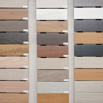 Monsters van houten plinten voor verschillende soorten vloeren. interieur ontwerp. reparatie en constructie van het huis.