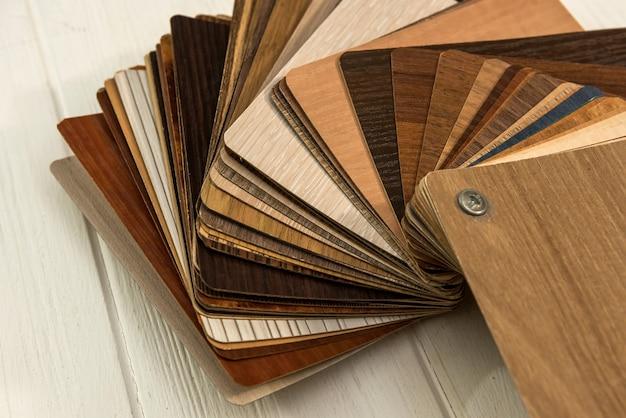 Monsters van laminaatplanken op houten bureau voor nieuwbouw of renovatie renovation