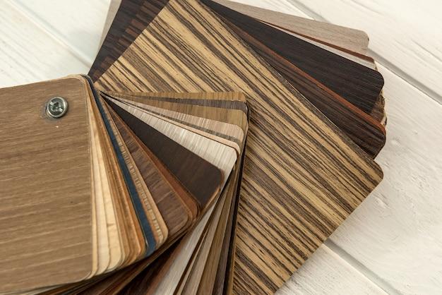 Monsters van laminaatplanken op houten bureau voor nieuwbouw of renovatie