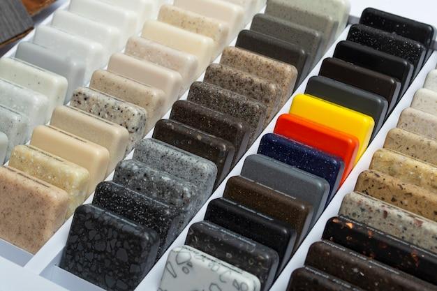 Monsters van natuurlijk graniet, marmer en kwartssteen, werkbladen. model van stenen, close-up. moderne gekleurde platen gemaakt van natuursteen.